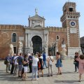 Comitiva davanti all'Arsenale
